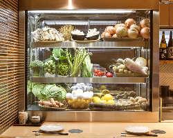 [産直野菜] 店内ショーケースに千葉の農家さん直送野菜がずらり