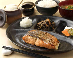 [鉄板焼魚ランチ] 毎朝築地で仕入れる旬魚を鉄板でジューシーに