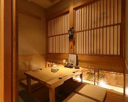 大小様々な和を感じる個室空間でゆったり過ごす
