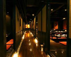 [風情溢れる店内] プライベート感溢れる個室と非日常の和の空間