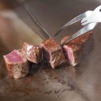 鉄板の上で焼き上げる、上質な国産フィレ肉