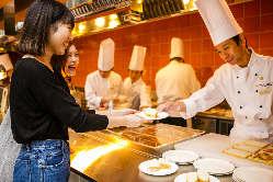 シェフが目の前で調理するオープンキッチンならではのサービス