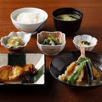 寅福人気の選べる二種盛り定食は生姜焼きなどお好きな品を選べる