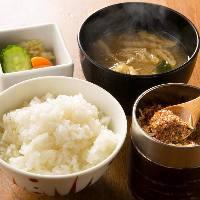 大かまどめしに味噌汁・小鉢三種が付いたお食事のセットも