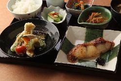 平日ランチ定食は三種類の総菜も食べ放題。ごはんがすすみます