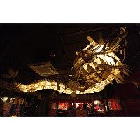 天井に舞う巨大竜のオブジェがお出迎え♪全長なんと約10m!!
