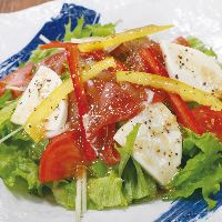 新鮮野菜を手軽にたっぷりとれる、具だくさんサラダメニュー
