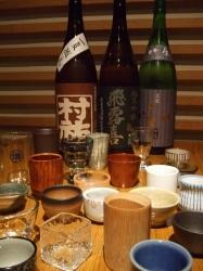 【日本酒】も月替わりで品揃え お好きな盃を数十種類から…