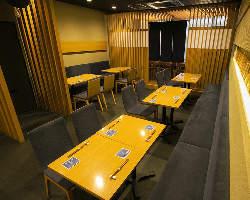 木の造作に基調色の紺が映える寛ぎの店内は8名様個室含め全32席