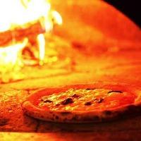 本場イタリアの薪窯で焼き上げるナポリピッツァ。自慢の逸品