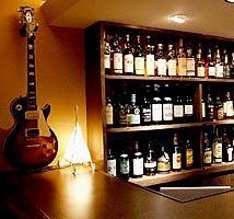 壁掛けのギターは時々、 店主の気分で変わります
