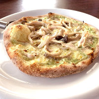 当店のピザは直径約20cmのミニサイズ。ピザとご一緒にどうぞ。