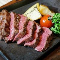 厳選肉を厚切りステーキにして食べていただきます!