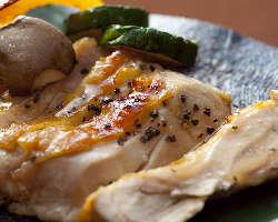 《地鶏もも焼き》 ねぎ塩、ぽん酢、天然塩などからお好きな味で