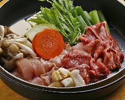 《すき焼き》 和牛と地鶏を両方楽しめるミックスすき焼き!