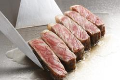この溢れんばかりの肉汁を六面焼きで閉じ込めます!