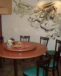椅子席での個室には龍の絵が描かれています。
