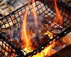 約1000度の超高温で焼き上げる… 当店の旨さの秘訣のひとつです