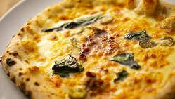 石窯と薪で焼いたモッチモチのピザ生地が人気♪