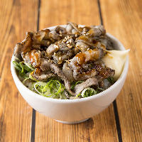 〆まで豪快に!たっぷり肉を乗せた九州産豚バラ炙り飯