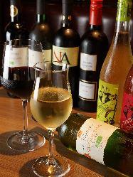 約30種のワインを290円〜のリーズナブル価格で楽しめます♪