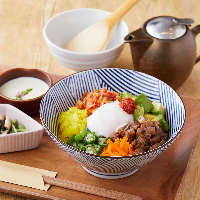 【人気のカフェご飯】炙りサーモンといくらのアボカド丼 1,180円
