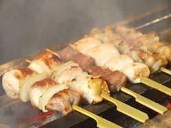 丹波産若鶏を紀州備長炭で炙る 沖縄の焼塩で焼き加減はレアで!