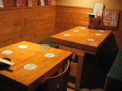 秘密基地みたいな地下テーブル席です(^^♪