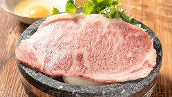 特注の石焼で作るすき焼きは絶品。お肉が口の中でとろけます。