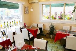 1階客席は明るくお花に囲まれたテーブルがご好評頂いてます!