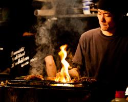 新鮮な朝引き鶏を最高の状態に 本格炭火焼きのライブ感をぜひ