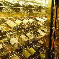 ワインセラーには赤・白の各種ワインが。料理の味を引き立てます
