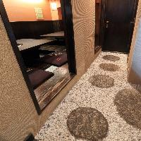 奥の石畳をわたると・・・VIP個室があります。
