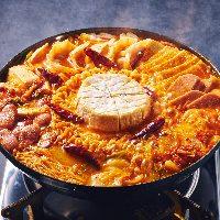 店内は赤を基調としたポップな空間。夜景も眺められるお店です★