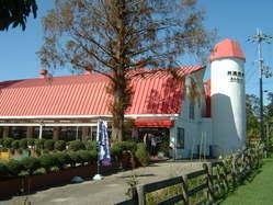 元は牛舎として使用された赤い屋根の建物です。