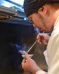 料理人が味のバランスを整えながら時間をかけて、出汁をとります