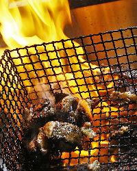 長年の経験を持つ当店の焼師が絶妙な火加減で焼く本格炭火焼き鳥