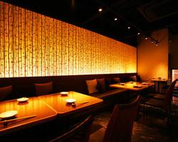 1階は和紙の竹が並ぶ和風のお席。ご宴会は最大25名様!