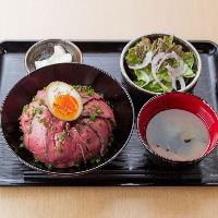 人気のローストビーフは丼定食もご用意。サラダ、味噌汁付です。