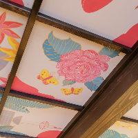 京都出身の作家、ENTER(ot29)による天井画。花びらに注目して。