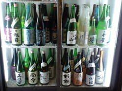 店内冷蔵庫にて100種以下の 地酒がセルフでお楽しみ頂けます♪