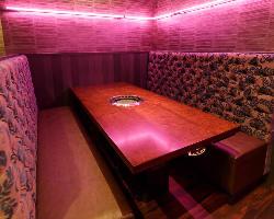 テーブル席は雰囲気が違う2パターンの空間が広がっています。