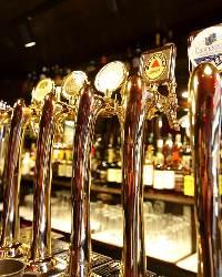 【世界のビール】 1Fカウンター前に立ち並ぶドラフトタワー!