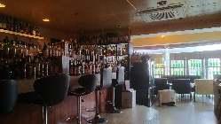 14時オープンなので、お昼から本格的にお酒を楽しめます。