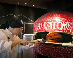 ピッツァ職人が一枚一枚心を込めて自慢のピッツァを焼き上げます