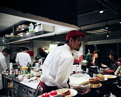 キッチン内全部見渡せる活気あるオープンキッチン。