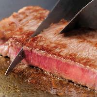 ふっくらと焼き縮みのないステーキにスッとナイフが通ります
