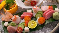 個性的な器に盛り付けた旬の鮮魚のお造り