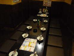 奥テーブル席。20名様、座敷と合わせて約30名様の宴会できます。