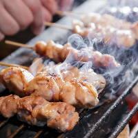 ご注文を受けてから、鳥・豚・和牛の3種串焼きを炭火で焼き上げ
